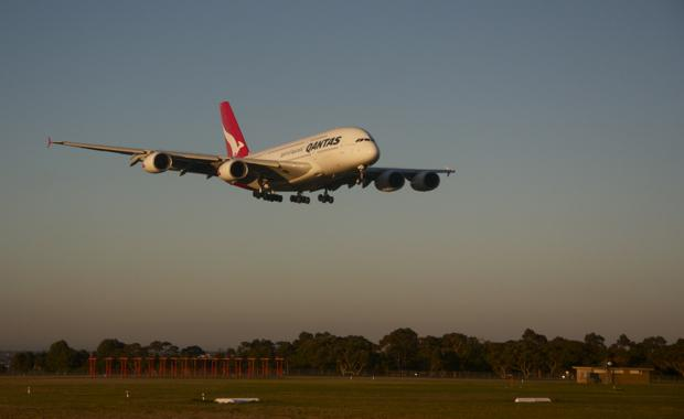 Qantas_A380_lands_and_Melbourne_Airport_620x380