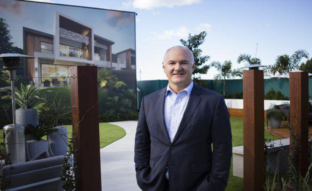 Tim-Lawless-onsite-at-Robina-Groups-Vue-Terrace-Homes-open-air-gallery-walk_620x380