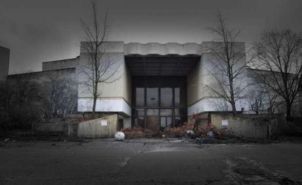 deserted-mall